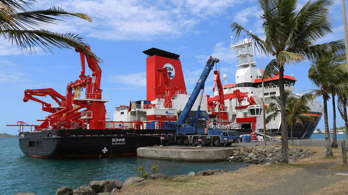 Die Sonne läuft aus dem Hafen von Nouméa in Neukaledonien aus