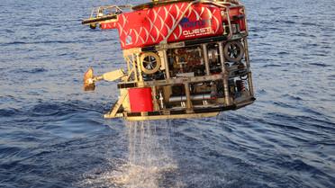 Der Unterwasserroboter MARUM QUEST bringt einen Raucher aus der Tiefsee an Bord.