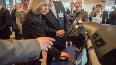 Im Rahmen der Nationalen Konferenz IT-Sicherheitsforschung schaut sich Bundesministerin Johanna Wanka ein Exponat zum Thema