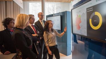 Während ihres Rundgangs informiert sich Bundesministerin Johanna Wanka am Stand des Center for Research in Security and Privacy (CRISP)