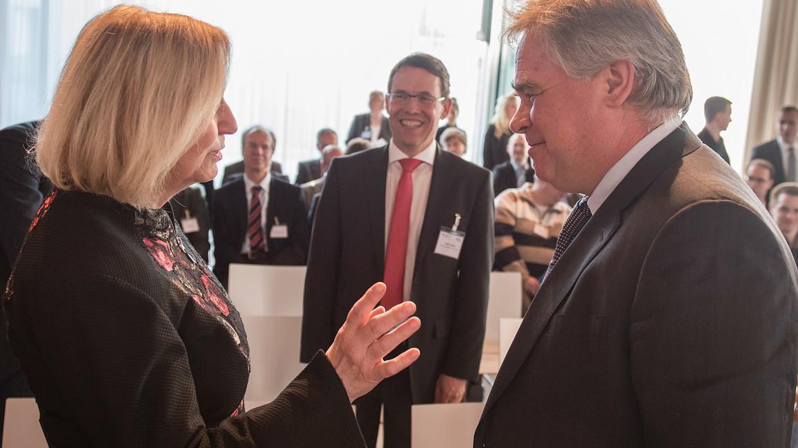 Bundesministerin Johanna Wanka im Gespräch mit Eugene Kaspersky