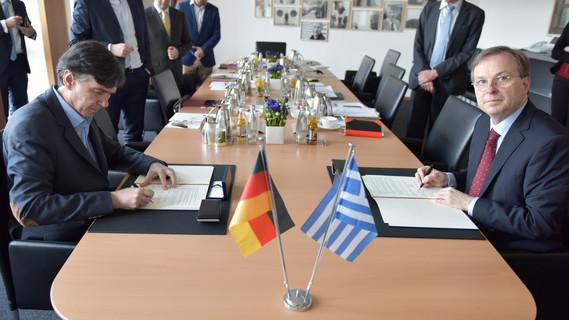 Unterzeichnung der neuen deutsch-griechischen Kooperationsvereinbarung zur Berufsbildung zwischen dem stellvertretenden griechischen Minister für Erziehung, Forschung und Religiöse Angelegenheiten Dimitrios Baxevanakis und dem Parlamentarischen Staatssekretär Thomas Rachel