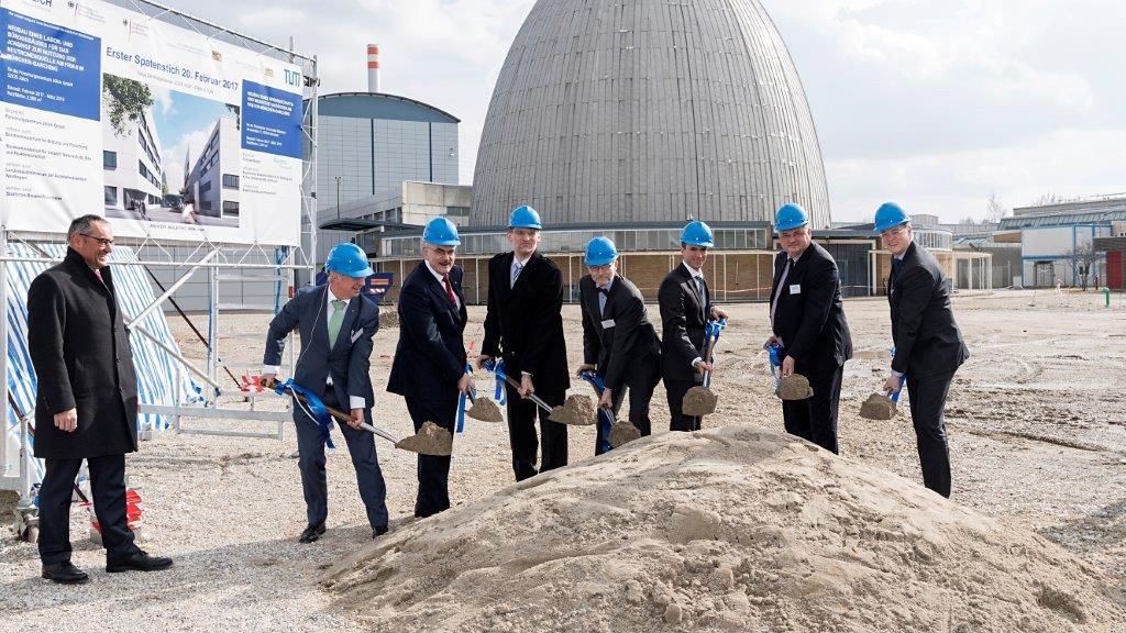 Stefan Müller beim Spatenstich für zwei neue Gebäude der Forschungs-Neutronenquelle FRM II
