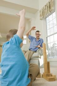 Physiotherapien können Dystonie-Symptome lindern. Forschende erkunden die Ursachen der Krankheit, um neue Behandlungen entwickeln zu können.