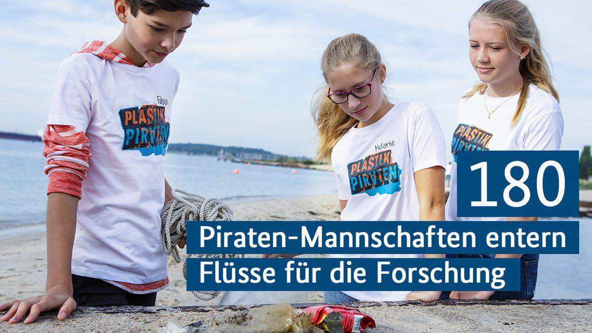 Ein Junge und zwei Mädchen betrachten gesammelten Plastikmüll