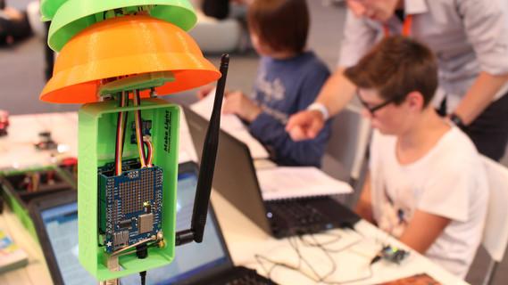 Schüler programmieren und entwickeln mit der senseBox:edu eigene Projekte.