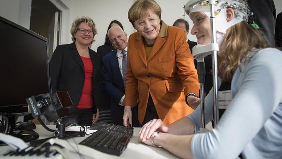 Bundeskanzlerin Angela Merkel besucht das neu eröffnete DZNE in Bonn.