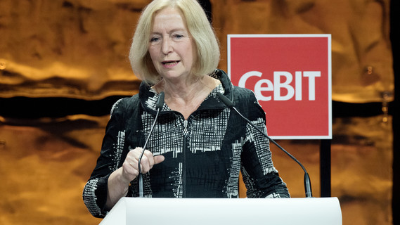 Im Rahmen der Welcome Night verleiht Bundesministerin Johanna Wanka den CeBIT Innovation Award 2017