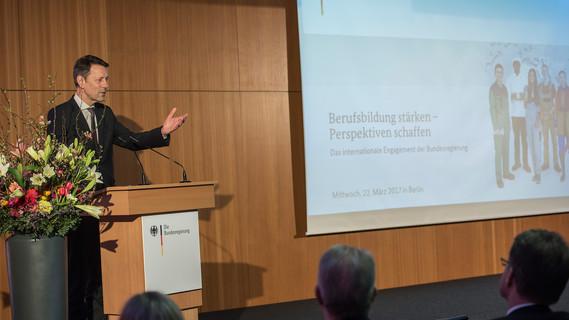 In Berlin fand die Bilanzkonferenz zur internationalen Berufsbildung statt. Georg Schütte, Staatssekretär im BMBF, eröffnete die Konferenz.