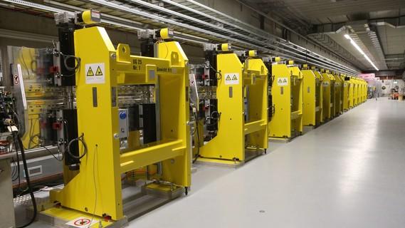 Eine Reihe von Spezialmagneten mit abwechselnden Nord- und Südpolen bringt die Elektronen in FLASH auf Slalomkurs.