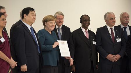 Übergabe eines Kommunique der G20 an Bundeskanzlerin Merkel