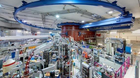 Blick in die Experimentierhalle am FRM II. Etwa 30 verschiedene wissenschaftliche Instrumente sind hier um das Reaktorbecken angeordnet und locken jährlich 1000 Wissenschaftlerinnen und Wissenschaftler nach Garching.