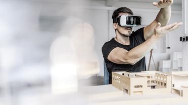 Junger Mann mit VR-Brille