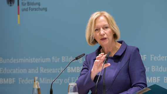 Bundesministerin Johanna Wanka stellt im Rahmen einer Pk den Berufsbildungsbericht 2017 vor