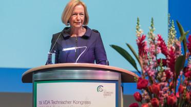 Bundesministerin Johanna Wanka spricht im Rahmen des 19. VDA Technical Congress.
