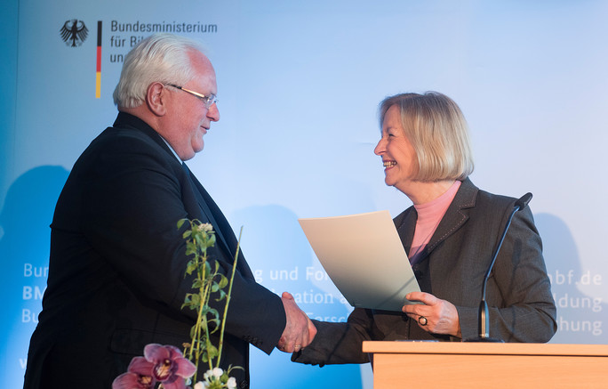 Übergabe des Förderbescheids an Hubert Lakner, Fraunhofer IPMS und Verbund Mikroelektronik.