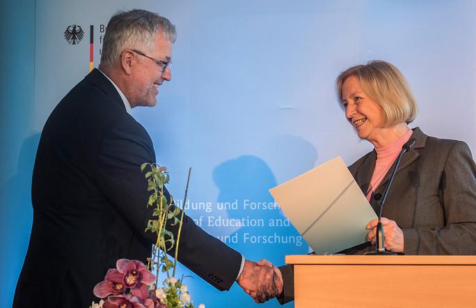 Übergabe des Förderbescheids an Bernd Tillack, Leibnitz-Institut IHP.