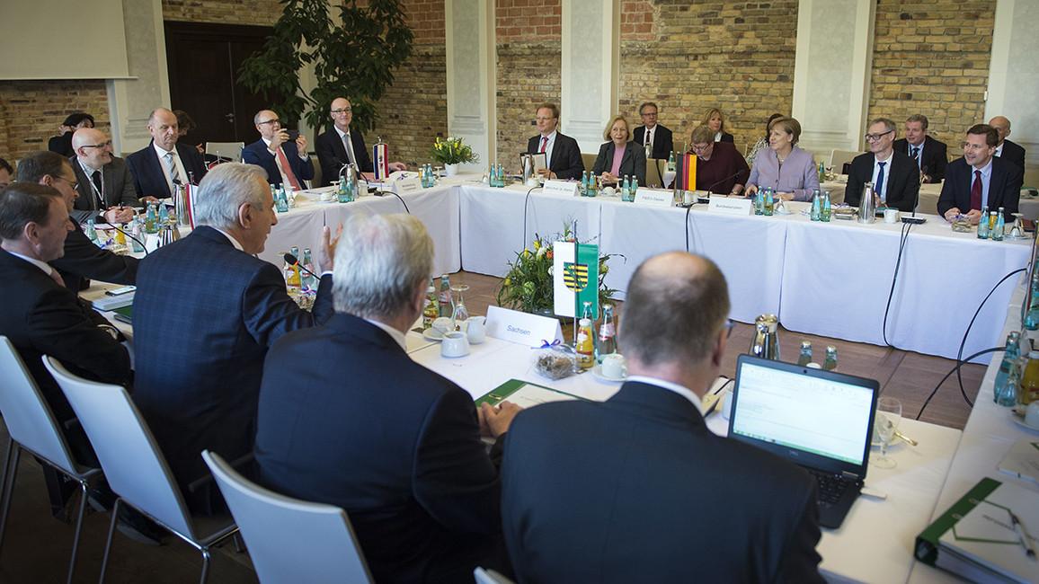 Bundesministerin Johanna Wanka nahm neben Bundeskanzlerin Angela Merkel an der Tagung der Ministerpräsidenten der ostdeutschen Länder teil.