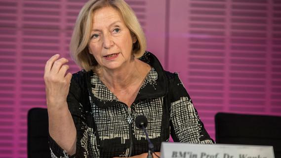 Bundesministerin Johanna Wanka und die Vorsitzende der GWK, Senatorin Quinte-Brandt aus Bremen, stellen die Ergebnisse der GWK-Sitzung in einer Pressekonferenz vor.