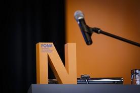 Das 'N' für Nachhaltigkeit auf einem Rednerpult.