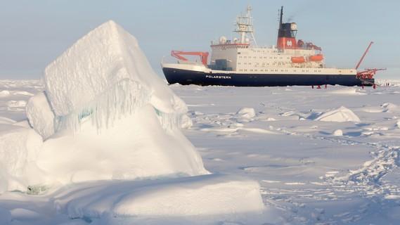 Das Schiff 'Polarstern' bahnt sich seinen Weg durchs arktische Eis.