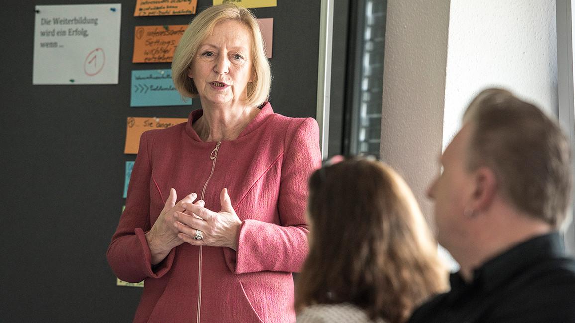 """Tag 1: In Teltow besuchte Bundesministerin Johanna Wanka das Bildungszentrum der IHK Potsdam. """"Ich bin hier, um zu sehen, wie Weiterbildner auf die zunehmende Digitalisierung vorbereitet werden. Weiterbildung im Beruf ist wichtig"""", sagte Wanka."""