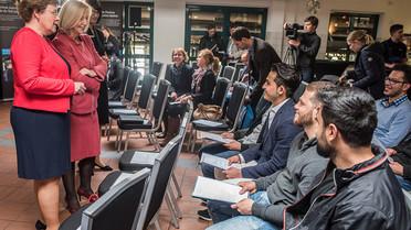 Tag 1: &quotDie Arbeit bei KAUSA ist wichtig, um Strukturen zu schaffen, die es jungen Geflüchteten ermöglichen, in den Arbeitsmarkt zu kommen&quot, sagte die Bundesministerin bei ihrem Besuch in einer Niederlassung von Mercedes-Benz. Dafür sei eine abgeschlossene Berufsausbildung entscheidend.