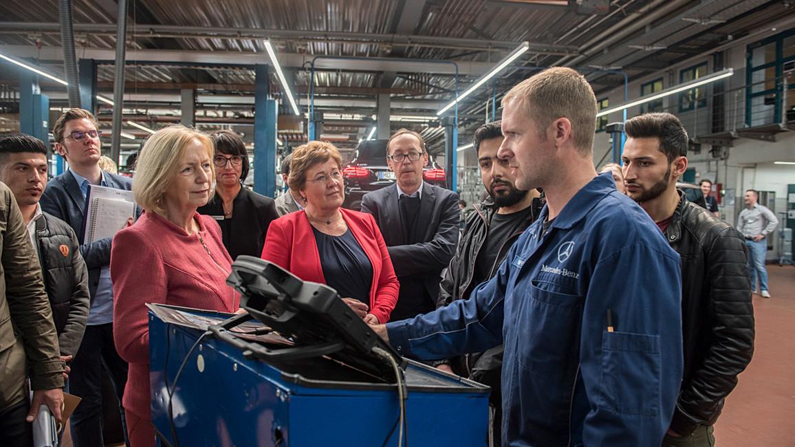 Tag 1: Bundesministerin Johanna Wanka spricht mit Ausbildern und jungen Auszubildenden mit Migrationshintergrund in einer Niederlassung von Mercedes-Benz.