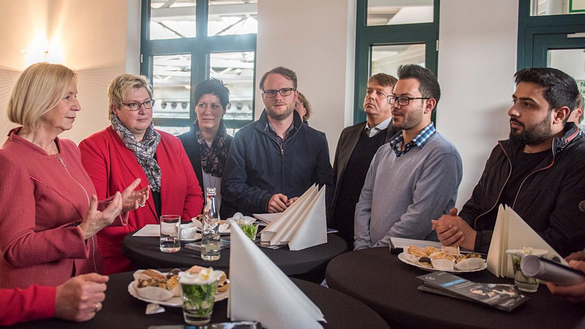 Tag 1: Bei ihrem Besuch in Magdeburg bedankte sich Wanka auch bei den Jugendlichen für ihre Anstrengungen. &quotTeilhabe funktioniert über Arbeit – gerade auch für junge Frauen&quot, sagte die Ministerin.