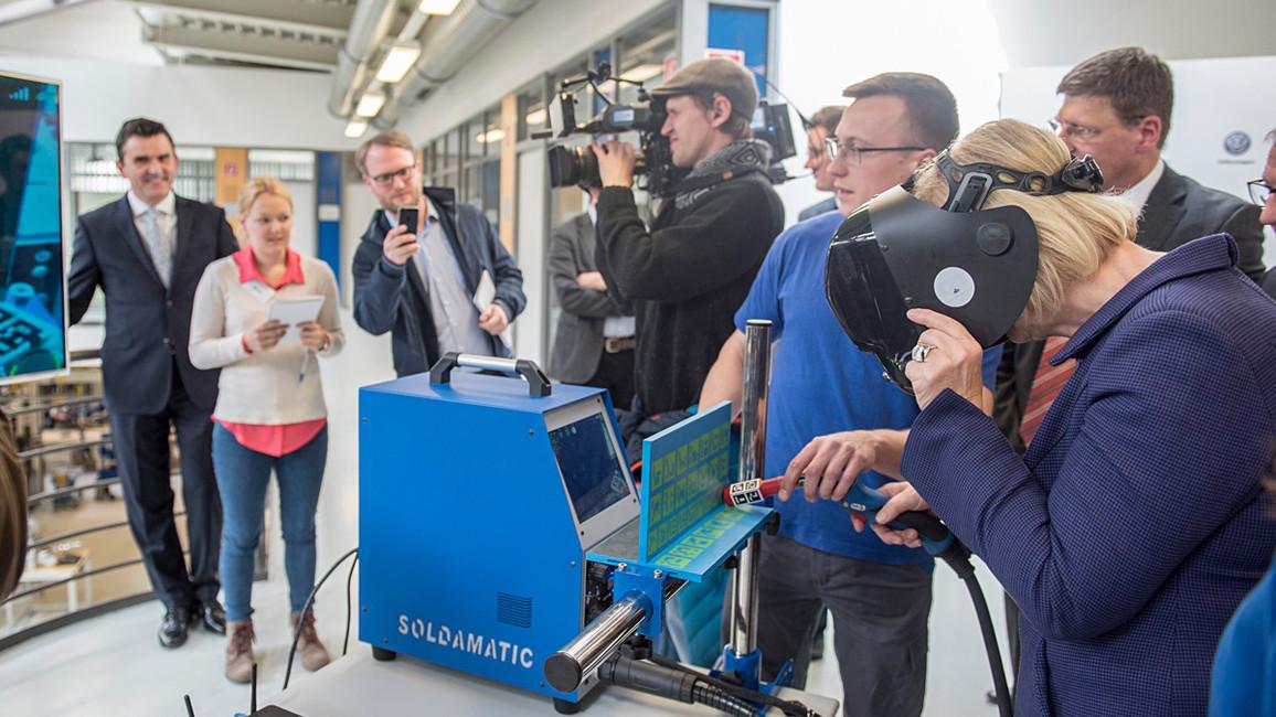 Tag 2: Bundesforschungsministerin Wanka übt bei Volkswagen in Wolfsburg das &quotVirtuelle Schweißen&quot.