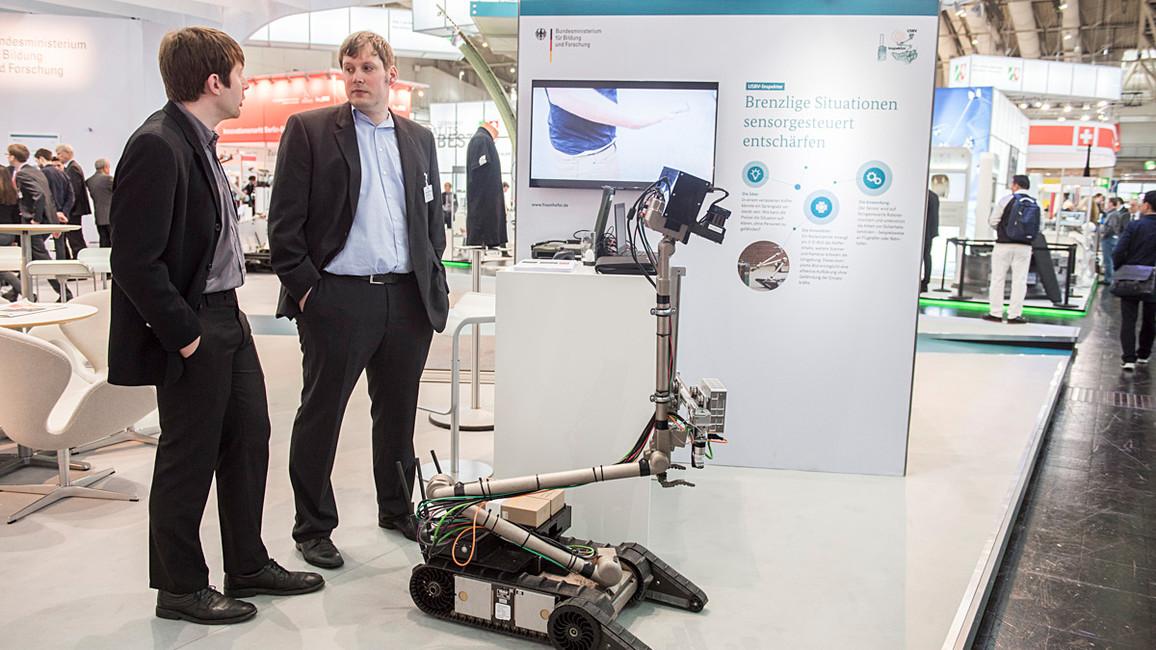Ein auf einen Roboter montierter Radarscanner erzeugt ein 3-D-Bild von Kofferinhalten. So können beispielsweise Kofferbomben entdeckt werden, ohne Einsatzkräfte zu gefährden.