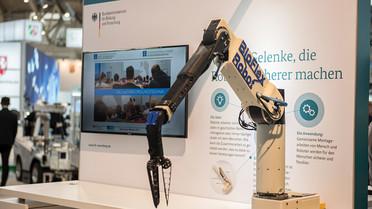 Der Roboterarm ist mit einem bionischen Gelenk ausgestattet, das ähnlich flexibel und elastisch ist wie das eines Menschen.