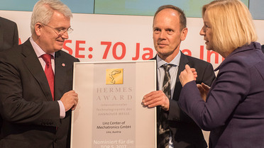 """Das Unternehmen Linz Center of Mechatronics GmbH wurde für ein Simulationswerkzeug nominiert. Der sogenannte """"Digitale Zwilling"""" überwacht simultan die Biegeparameter eines laufenden Blech-Biegeprozesses und passt diese in Echtzeit an, um das gewünschte Werkstück zu erhalten."""