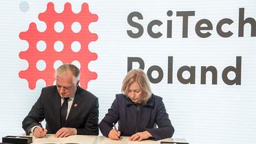 Bundesforschungsministerin Johanna Wanka und der stellvertretende polnische Ministerpräsident Jaroslaw Gowin unterzeichnen anlässlich der Hannover Messe eine gemeinsame Absichtserklärung. Vereinbart wurde eine engere Zusammenarbeit in der Digitalisierung der Wirtschaft und bei der Energiewende sowie der Aufbau von Exzellenzzentren.