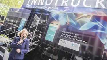 Bundesforschungsministerin Johanna Wanka eröffnet den InnoTruck auf der Hannover Messe.