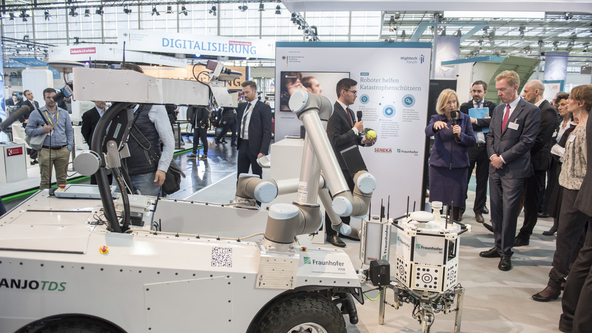 Bundesforschungsministerin Wanka informiert sich über autonome Sensorsonden sowie Boden- und Luftroboter, die in Katastrophengebieten eingesetzt und miteinander vernetzt werden können. Sie übermitteln präzise Informationen an den Leitstand.