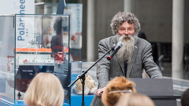 Ulrich Bathmann, Vorsitzender des Konsortiums Deutsche Meeresforschung und Direktor des Leibniz-Instituts für Ostseeforschung in Warnemünde, gegrüßt die Besucher bei der Ausstellungseröffnung.