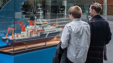 In der Ausstellung können sich Besucher Modelle aus der deutschen Forschungsflotte anschauen.