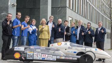 Studierende aus Stralsund und Rostock zeigen Bundesforschungsministerin Johanna Wanka in Berlin ihre Fahrzeuge, mit denen sie in London beim Shell Eco-Marathon an den Start gehen.