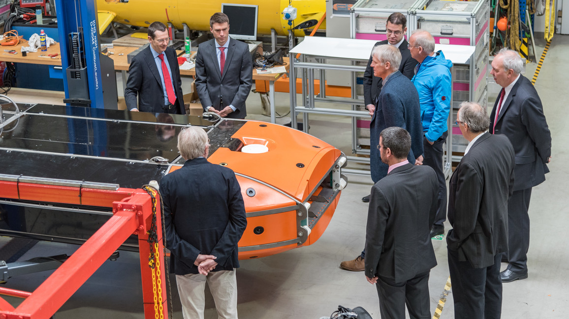 Im MARUM informiert sich Stefan Müller über autonome Unterwasserfahrzeuge und ferngesteuerte Tauchroboter.
