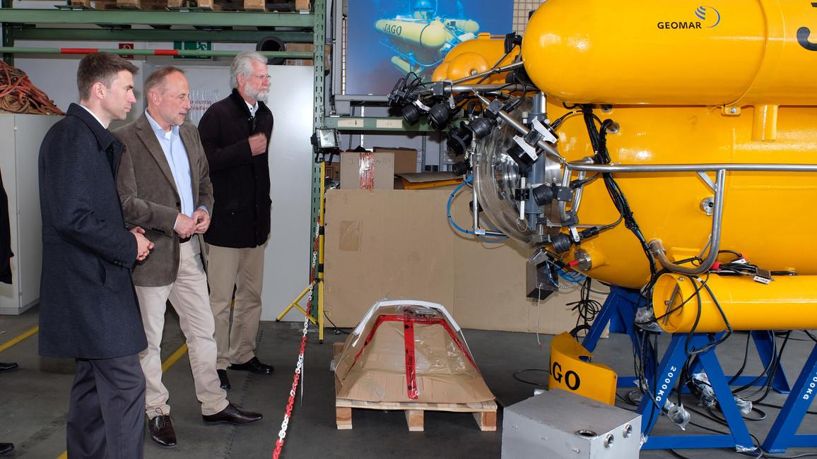 Stefan Müller mit dem Leiter des Technik- und Logistikzentrums am GEOMAR, Dr. Peter Linke (Mitte), und GEOMAR-Direktor Professor Peter Herzig vor dem Forschungstauchboot JAGO.
