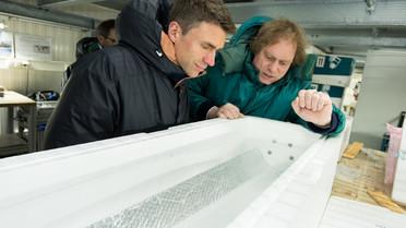 Stefan Müller besichtigt das Eislabor im AWI in Bremerhaven.