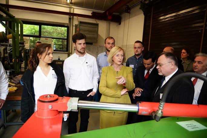 Auszubildende führen die Ministerin durch das Schifferkolleg in Duisburg.
