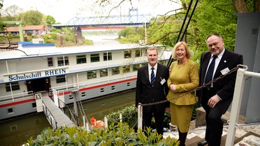 Tag 3: 95 Schüler können auf dem 70 Meter langen Schulschiff RHEIN unterrichtet werden, das Ministerin Wanka bei ihrem Besuch besichtigt.