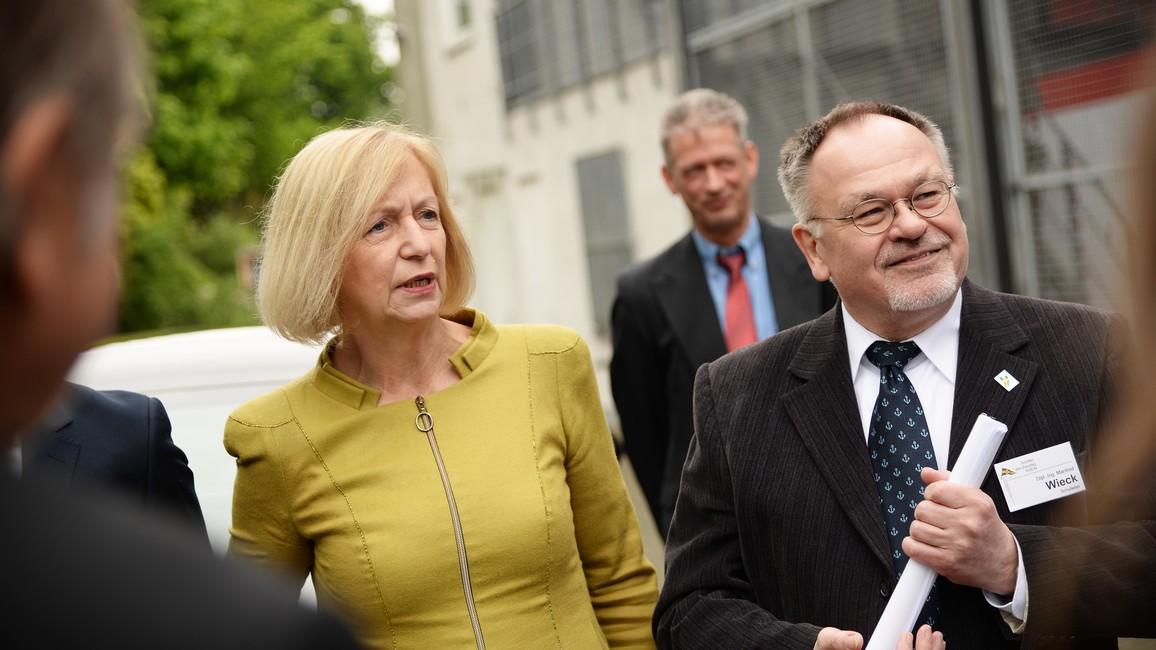 Tag 3: Bundesbildungsministerin Johanna Wanka besucht das Schifferkolleg in Duisburg und wird vom Leiter der Schule, Manfred Wieck, begrüßt.