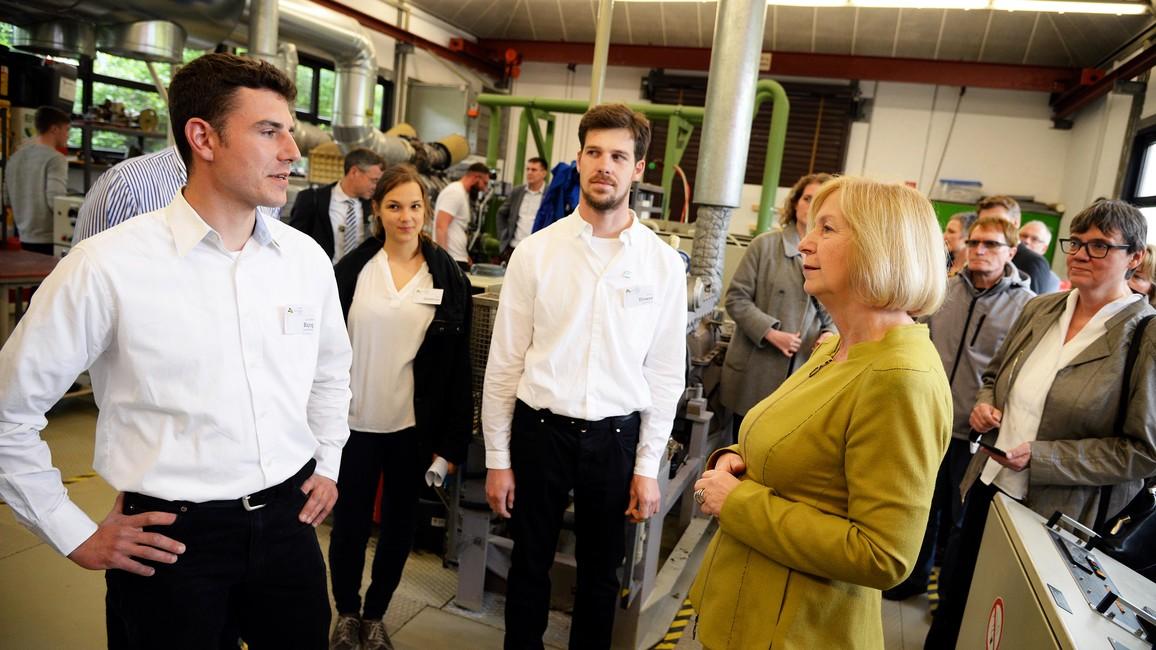 Tag 3: Bundesbildungsministerin Johanna Wanka besichtigt die Maschinenhalle im Schifferkolleg in Duisburg.