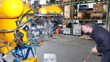 Stefan Müller informiert sich am GEOMAR Helmholtz-Zentrum für Ozeanforschung Kiel über Technologien der Meeresforschung und besichtigt dabei Deutschlands einziges Forschungstauchboot JAGO.