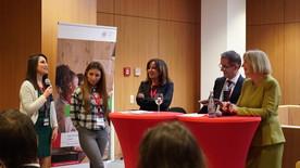 Tag 3: Nermeen Alassaf, eine junge Geflüchtete, und Hatice Özten, eine Jugendliche mit türkischem Migrationshintergrund, sprechen mit Bundesbildungsministerin Wanka darüber, wie man junge Frauen mit Migrationshintergrund für eine Ausbildung gewinnen kann.