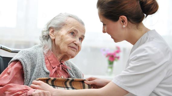 Zuwendung und Fürsorge sind für viele Patientinnen und Patienten in einer geriatrischen oder palliativmedizinischen Einrichtung sehr wichtig. Das Auftreten von multiresistenten Keimen stellt daher eine schwierige Situation dar.