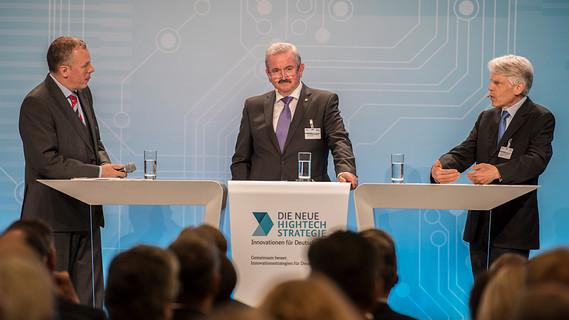 Reimund Neugebauer (mi.), Präsident der Fraunhofer-Gesellschaft und Andreas Barner (re.), Präsident des Stifterverbandes für die Deutsche Wissenschaft e.V., stellen die Handlungsempfehlungen des Hightech-Forums vor